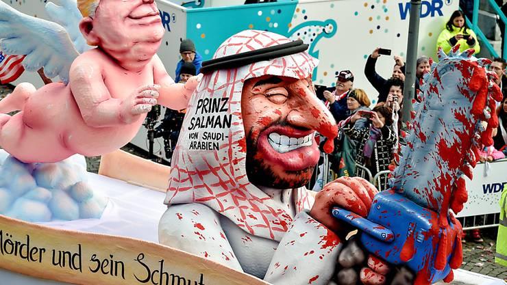 """""""Der Mörder und sein Schmutzengel"""": Die Fasnächtler nehme am Rosenmontags-Umzug in Düsseldorf zum Fall Kashoggi Stellung."""