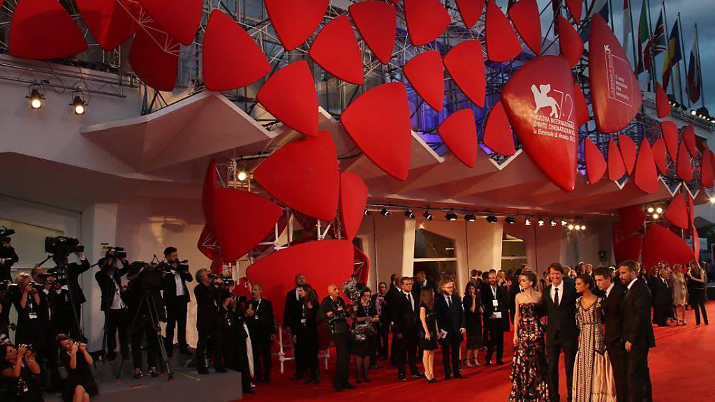 """Staraufkommen auf dem roten Teppich in Venedig - hier mit der Crew des """"Danish Girl"""" - unter ihnen Hauptdarsteller und Oscar-Preisträger Eddie Redmayne."""