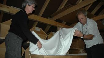 Ein Bett für den Ewigen Schlaf  Heidi und Ricco Biaggi kleiden in ihrer Werkstatt in Gipf-Oberfrick einen Sarg mit Baumwollstoff aus. (nem)
