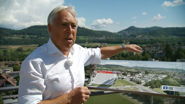 Peter Andres zeigt in der SRF-Sendung «Mini Schwiiz, dini Schwiiz» auf dem Turm von Bad Zurzach die schöne Aussicht.
