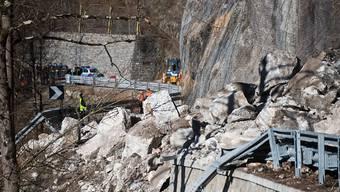 Die verschüttete Bergstrasse zwischen Domodossola und der Tessiner Grenze bei der Ortschaft Meis (I). Der Bergsturz forderte zwei Todesopfer.