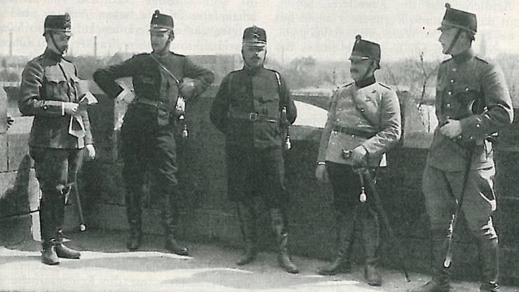 Stab des Füs. Bat. 50: (v.l.) Oblt Jeanneret, Hpt Bobst, Quartiermeister, Major Spillmann, Kdo Bat. 50., Hpt Steiner, Bataillonsarzt, Lt Ryhner, Arzt.