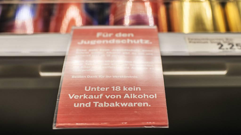 Im Grossverteiler kommt trotz Jugendschutz fast jeder fünfte Minderjährige illegal zu Alkohol. (Themenbild)