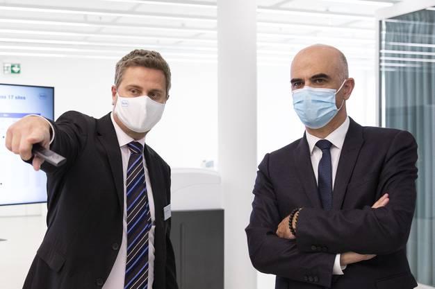 Roche-Diagnostik-Chef Thomas Schinecker führt Bundesrat Alain Berset durch die Räumlichkeiten des Unternehmens in Rotkreuz ZG.