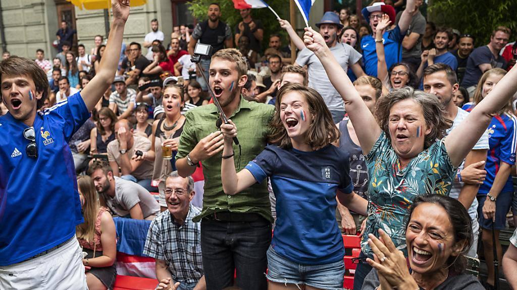 """Das """"Allez les Bleus"""" hat gewirkt: Fans der französischen Nationalmannschaft feiern in Bern den Sieg über Kroatien."""