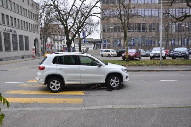 Solothurn, 4. Dezember: Eine Fahrradlenkerin wurde von einem Auto erfasst und mittelschwer verletzt.