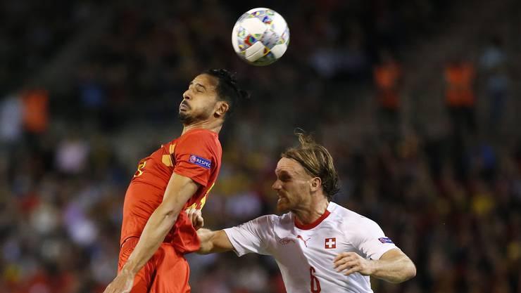 Mit allen Mitteln versucht Michael Lang (rechts) Nacer Chadli am Kopfball zu hindern.