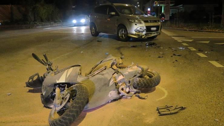 Aus noch ungeklärten Gründen hatte das Motorrad nach dem Unfall Feuer gefangen.
