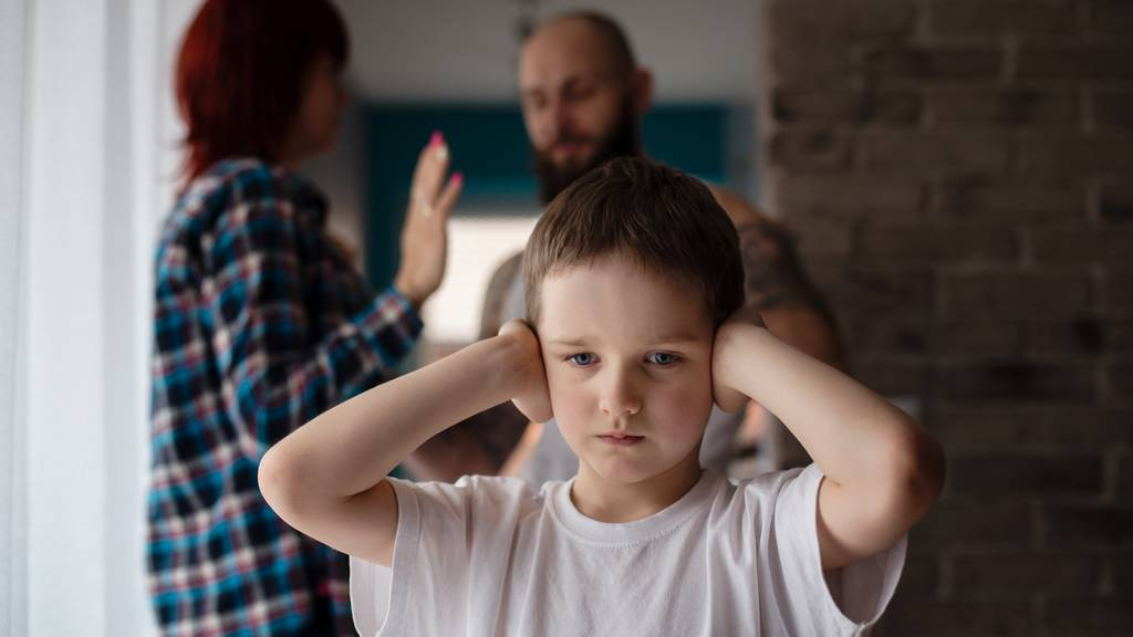 Auch wenn sich Häusliche Gewalt zwischen den Eltern abspielt, die Kinder sind mehr als nur unbeteiligte Zuschauer. (Symbolbild)