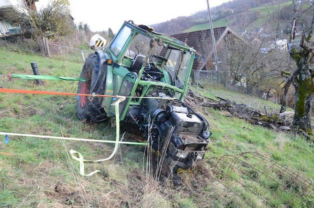 Ein landwirtschaftlicher Angestellter ist am Dienstag in Ziefen mit einem Traktor verunfallt. Das Fahrzeug überschlug sich auf abfallendem Gelände, und der 32-Jährige wurde ins Wiesland geschleudert. Die Rega musste den Verletzten ins Spital fliegen.