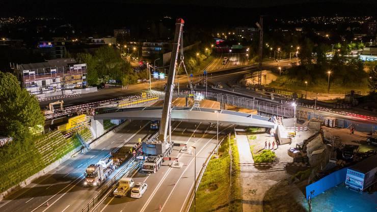 Für die Montage der Brücke musste die Autobahn 15 Minuten lang gesperrt werden.