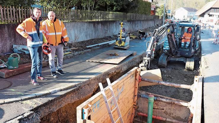 Fünf Meter tiefe Baugruben: Bauingenieur Heinz Kölliker, Bauverwalter Christian Felder und Polier Andreas Trüssel (von links).