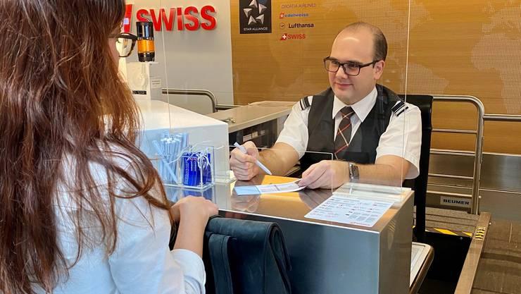 Das Flughafenpersonal ist zunehmend beunruhigt. Deshalb installiert der Flughafen rund 300 Schutzwände an den Schaltern.
