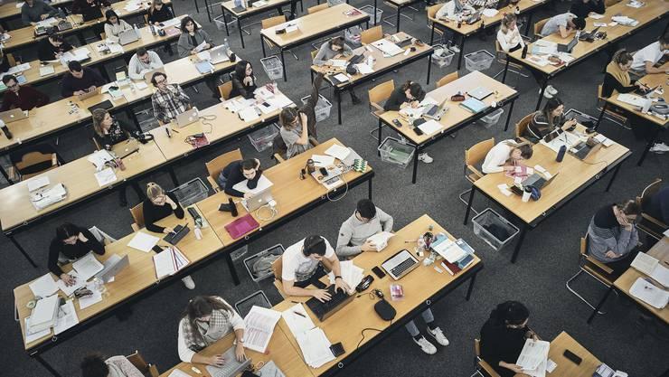 Sollen künftig nicht nur fürs Büffeln belohnt werden: Studierende in der Basler Universitätsbibliothek.