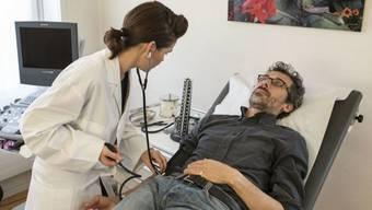 Die Gesundheitskosten sind in der Schweiz auch 2018 gestiegen, allerdings moderater als in den fünf Jahren davor. Von den 2,2 Milliarden Franken Zusatzkosten fiel fast ein Drittel auf Arztpraxen. (Archivbild, gestellt)