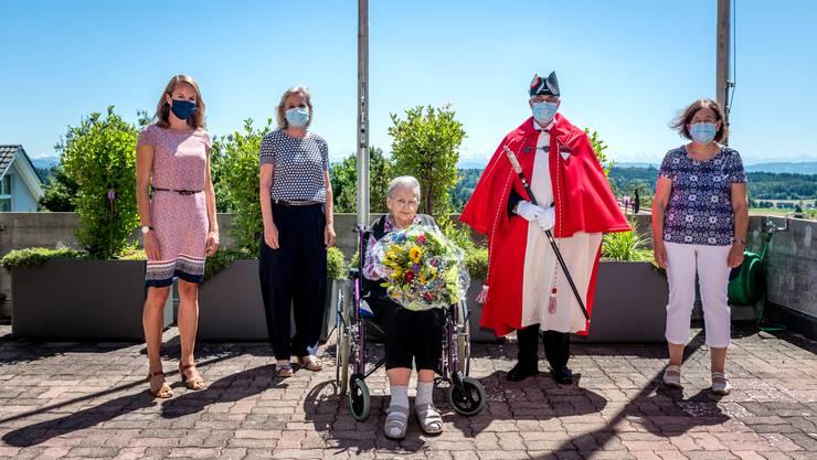 Hoher Besuch (v.l.): Pascale von Roll (Staatsschreiber-Stellvertreterin), Frau Landammann Brigit Wyss, Jubilarin Olga Inäbnit, Standesweibel Fritz Unternährer und Tochter Jeanette Hulliger.