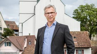 Christoph Weber-Berg, Kirchenratspraesident der reformierten Kirche Aargau. Im Hintergrund die Stadtkirche Aarau.