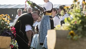 Christian Stucki wird von einer Ehrendame zum König gekrönt