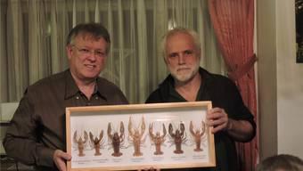 Urs Leber (l.) und Benno Zimmermann, Präsident NV Wittnau, zeigen eine Sammlung von Krebsarten.