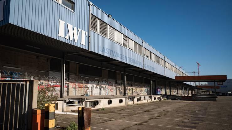 Im ehemaligen Lastwagen-Terminal sollen bald Flüchtlinge untergebracht und registriert werden.