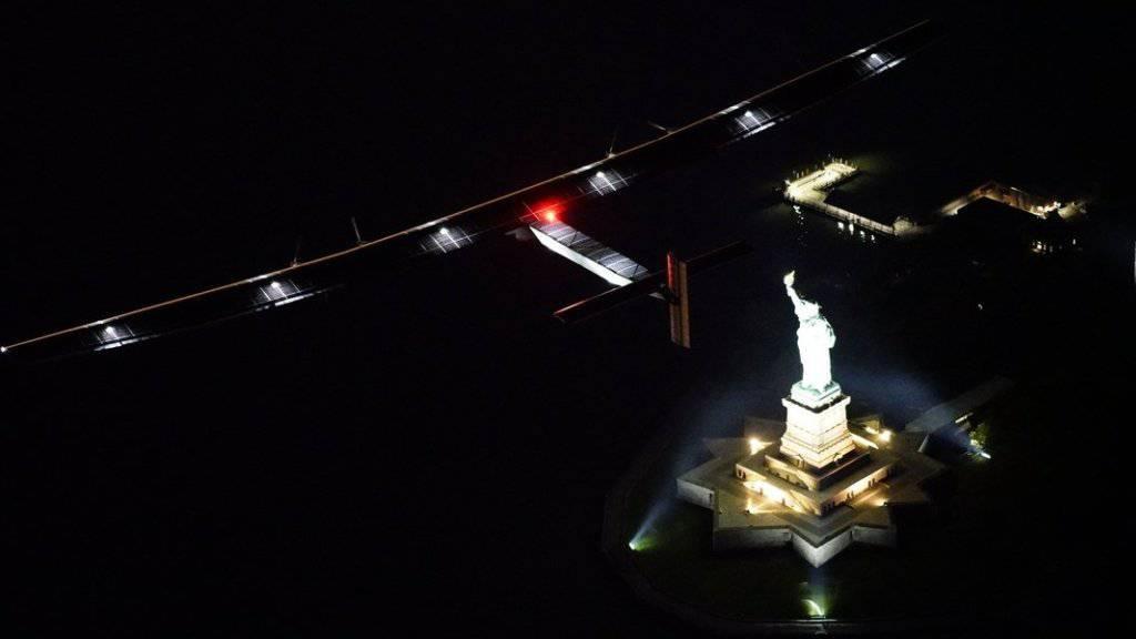 Ein symbolträchtiger Moment: Die «Solar Impulse 2» dreht ihre Runden über der Freiheitsstatue.