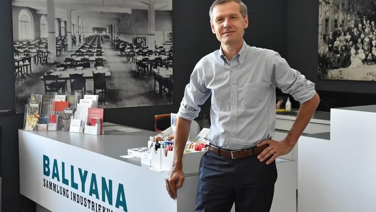 Philipp Abegg, er ist seit fast 20 Jahren Präsident der Ballyana-Stiftung, führt durch die Dauerausstellung in Schönenwerd.