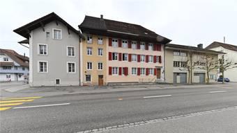 Die Häuserzeile mit historischen Bauten an der Hauptstrasse könnte am Ende doch in Oensinger Händen bleiben.Bruno Kissling