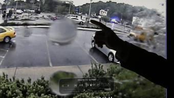 Ermittler in Boston deutet auf die Polizisten im Video einer Überwachungskamera, die die Erschiessung eines Terrorverdächtigen filmte
