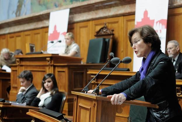 Alt Bundesrätin Elisabeth Kopp spricht 2010 im Nationalratssaal zu Schülern.