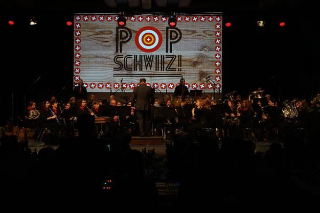Am Jahreskonzert «Pop Schwiiz!» in der Urdorfer Zentrumshalle spielten sie Schweizer Popklassiker von Mani Matter bis DJ Bobo.