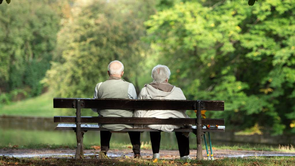 Die Lebenserwartung der Pensionskassen-Versicherten steigt und sie beziehen länger Beiträge. Gleichzeitig werden sie statistisch gesehen seltener invalid. Unter dem Strich sinkt das Vorsorgekapital der Rentner leicht. Corona könnte die Statistik aber wieder über den Haufen werfen ...(Symbolbild)