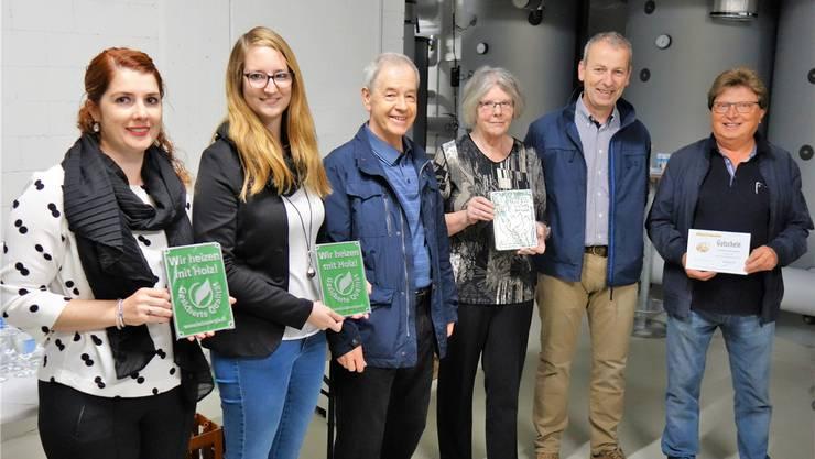 Fabienne Huber, Natalie Abt, Peter Hägler, Agatha Wernli, Stefan Staubli (Präsident Holzenergie Freiamt) und Klaus Rey (von links) freuen sich bei der Vergabe des Holzenergiepreises 2018. Eddy Schambron