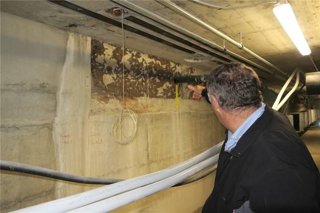 Bauleiter Thomas Weber zeigt, wo früher Wasser in die Wände gelangte.