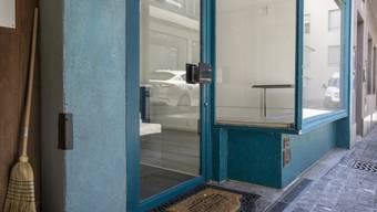 Ein leerstehendes Geschäft in der Altstadt Luzern. Wo eine Erdgeschossfläche ungenutzt sei, entstünden Unbehagen und das Risiko einer Abwärtsspirale zu immer mehr Leerständen, sagt der Schweizerische Städteverband. (Archivbild)