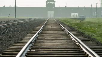 Die Zugeinfahrt zum Nazi-Vernichtungslager (KZ) Auschwitz-Birkenau, wo bis zu 1,5 Million Menschen ermordet wurden, mehrheitlich Juden.