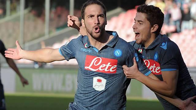 Napolis Gonzalo Higuain (links) feiert mit Jorginho
