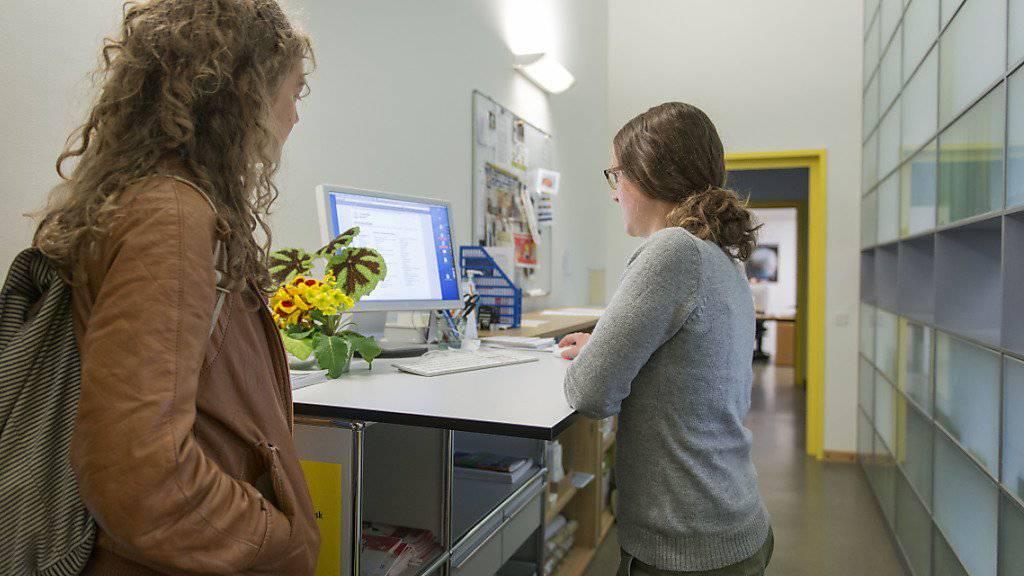 Das Programm Erasmus+ ist bei Studierenden beliebt - eine Studentin lässt sich an der Uni Zürich über einen Austausch beraten. (Archivbild)