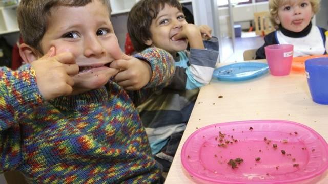Kinder in einer Krippe in Nyon amüsieren sich (Archiv)