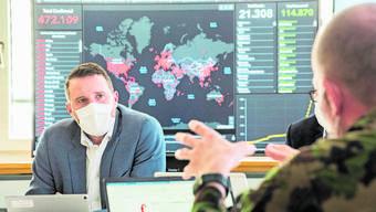 Patrik Reiniger, Leiter des Krisenstabs, am 9-Uhr-Rapport. Hinter ihm die Corona-Datenwand.