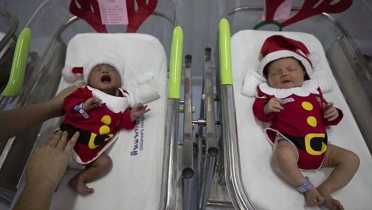 Verkleidete Neugeborene in einem Spital in Bangkok. (Archivbild)
