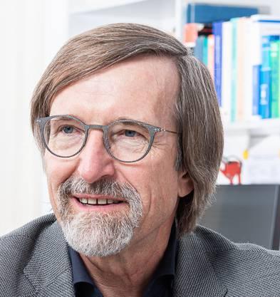 Petr Novák ist Batterieforscher am PSI und Professor an der ETH Zürich. Am Tag der diesjährigen Verkündung des Nobelpreises in Chemie konnte er einem der drei Preisträger direkt persönlich gratulieren: Sie waren gerade auf derselben Konferenz zum Thema Batterieforschung. (Foto: Paul Scherrer Institut/Mahir Dzambegovic)