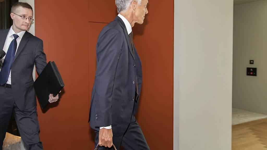 Seit August 2020 nicht mehr im Amt: der ehemalige Bundesanwalt Michael Lauber (Bildmitte). Nun wird seine vakante Stelle zum dritten Mal ausgeschrieben. (Archivbild)
