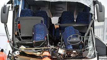 Verunfallter Reisecar in Zuerich am Sonntag, 16. Dezember 2018. Bei einem schweren Verkehrsunfall eines Reisecars auf der Autobahn A3 bei Zuerich ist am Sonntagmorgen eine Frau ums Leben gekommen. 44 Menschen wurden verletzt, drei davon schwer. Der Car war laut Polizei ins Schleudern geraten und prallte in die Mauer am Autobahnende. (KEYSTONE/Walter Bieri)