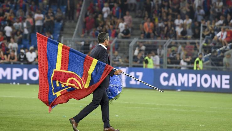 Bernhard Heusler tauscht die FCB-Fahne mit den Farben des NLA-Volleyballklubs Sm'Aesch-Pfeffingen ein.