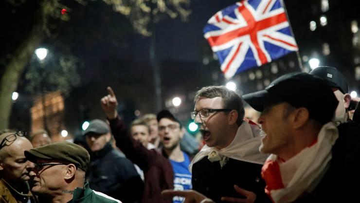 Auf der Insel gehts laut zu und her: Brexit-Befürworter vor dem Regierungssitz in London.