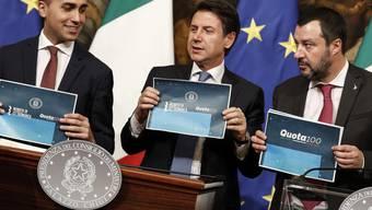 """Die italienische Regierung unter Ministerpräsident Giuseppe Conte (Mitte) hat am Donnerstagabend die Rentenreform mit der """"Quota100"""" auf den Weg gebracht."""