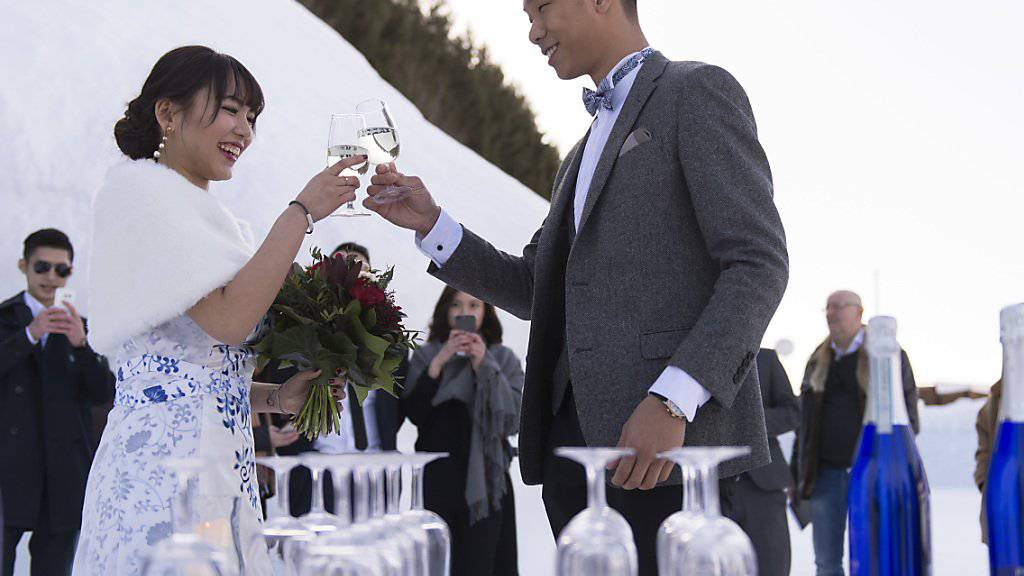 Ein junges Paar aus China heiratet in der Schweiz. Ihnen solles es viele nachmachen. (Archivbild)