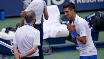 Djokovic im Gespräch mit Schiedsrichter Sören Friemel, der keine andere Wahl hatte, als den Serben vom Turnier auszuschliessen.