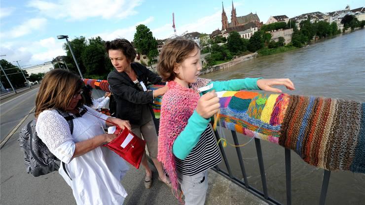 Farb- und eigenartig: Das Brückengeländer hat jetzt warm