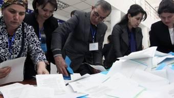Nach Schliessung der Wahllokale werden in Duschanbe Stimmen gezählt